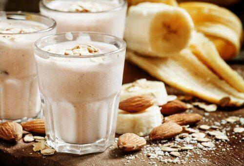 Vitamina deliciosa de gengibre e amêndoas para clarear as manchas na pele