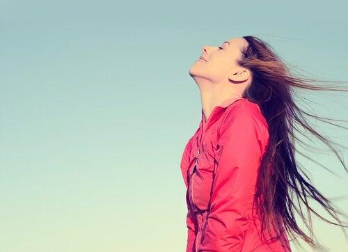 Mulher feliz respirando ao ar livre