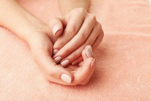Mãos macias graças ao esfoliante de açúcar