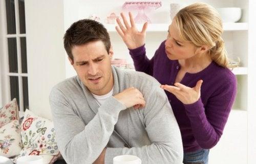 Casal discutindo sobre divórcio