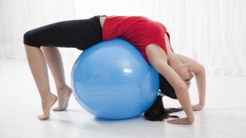 Alongamento com bola para dores lombares