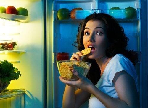 Mulher comendo à meianoite