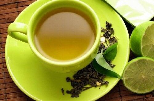O chá verde com limão é uma das combinações de alimentos com grandes benefícios para a saúde