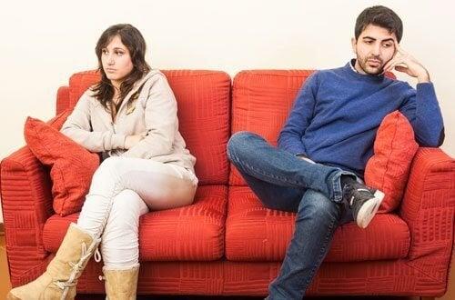 Casal divorciado sentado