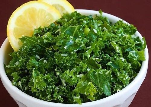 A couve com limão é uma das combinações de alimentos com grandes benefícios para a saúde