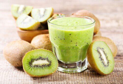 Suco de laranja e kiwi para tratar a constipação