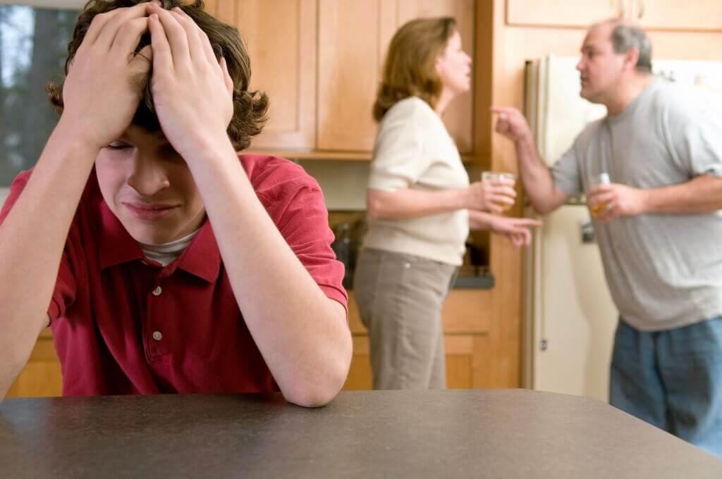 Adolescente escutando os pais discutir