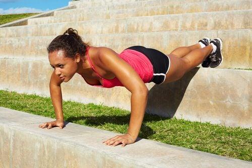 As flexões de braço ajudam a fortalecer o corpo