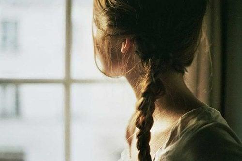 Mulher olhando pela janela