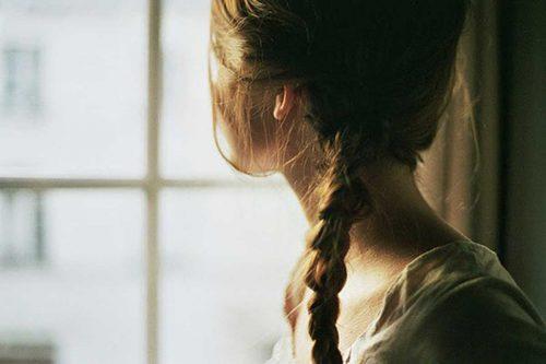 Moça triste pela perda de um ser querido