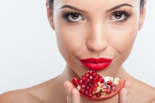 Mulher se alimentando adequadamente para curar sua pele