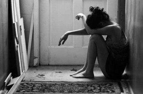 Moça chorando porque não sente amor