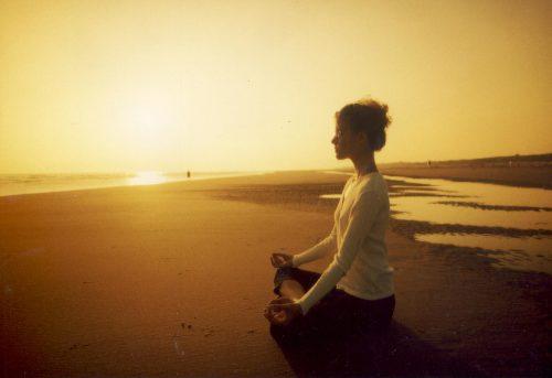 Mulher meditando para combater o estresse
