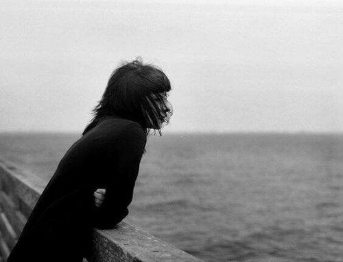 Adolescente olhando para o mar
