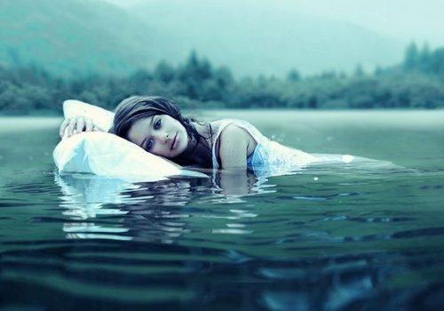 Moça sem depressão nadando
