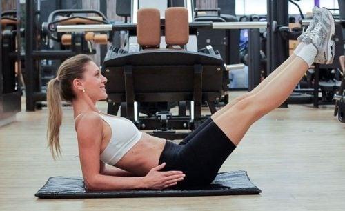 Os abdominais isométricos ajudam a fortalecer o corpo