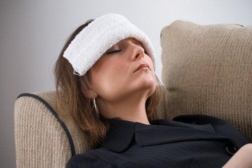 Mulher descansando a vista para evitar descolamento de retina