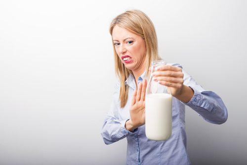 Mulher com intolerância à lactose