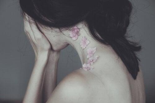 Mulher com flores chorando