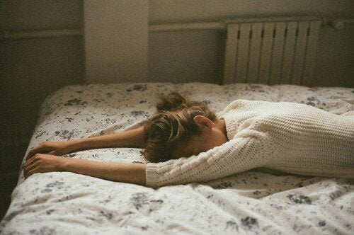 Mulher chorando na cama