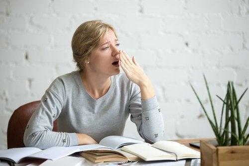 Mulher cansada precisando desintoxicar o corpo