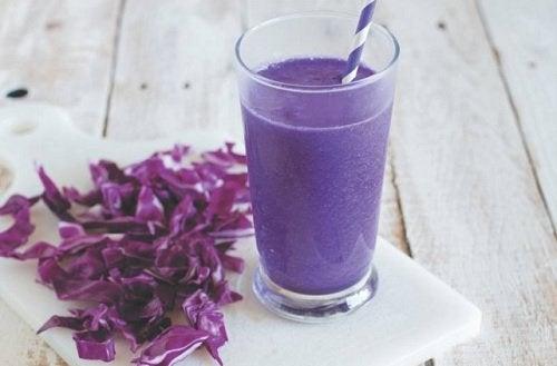 Um suco de rabanete, repolho roxo e aipo pode ajudar a desintoxicar os rins