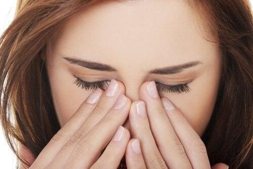 Mulher com dor nos olhos pela hipertensão