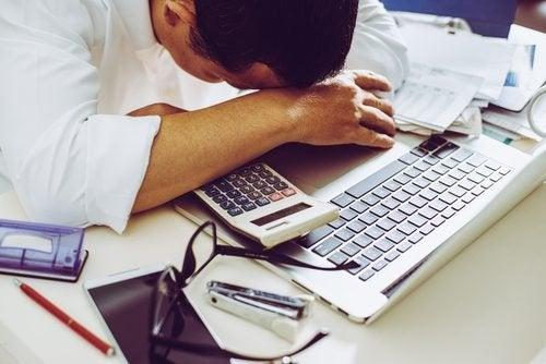 Homem com depressão devido ao trabalho