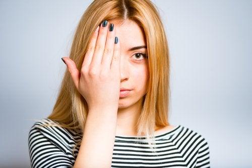 10 soluções caseiras para bolsas dos olhos e olheiras