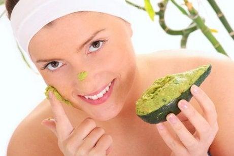 Máscara de abacate com azeite de amêndoas para tratar olheiras