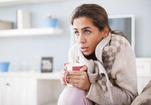 Mulher com frio por causa do hipotireoidismo
