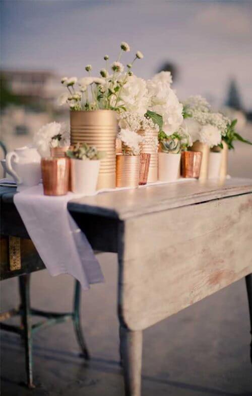 Latas recicladas com flores