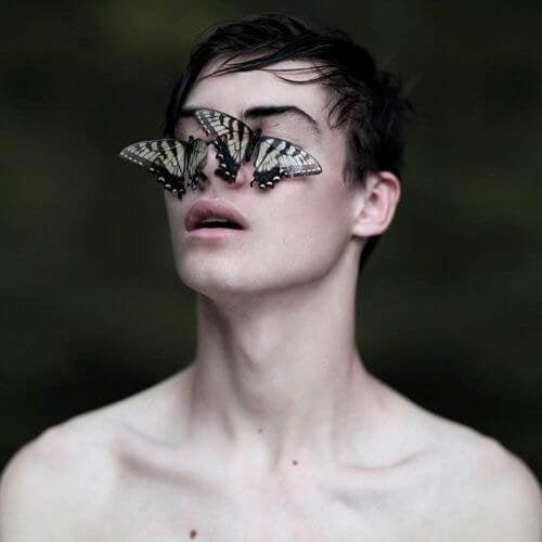 Homem com borboletas