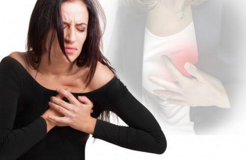 Mulher com dor no peito por causa do colesterol