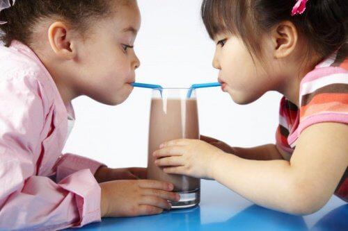 Crianças bebendo achocolatado