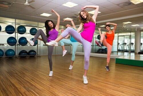 Mulheres dançando zumba