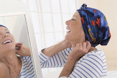 Mulher com câncer sorrindo