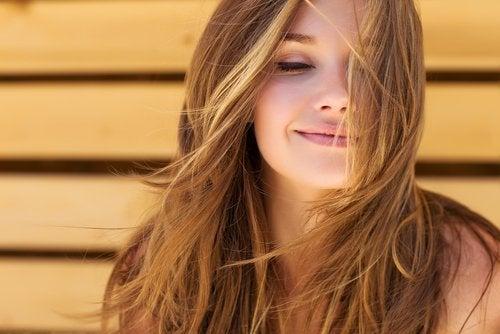 Mulher com cabelos bonitos e saudáveis