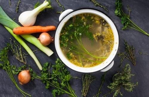 Como preparar deliciosos caldos de legumes para perder peso