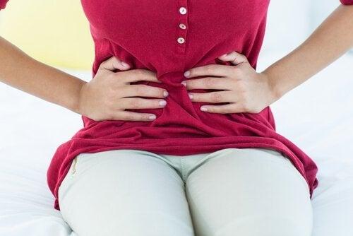 Mulher com cólicas menstruais