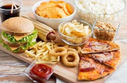 Comer alimentos gordurosos pode desencadear dor de estômago