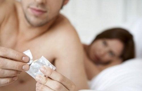 Casal se cuidando para não contrair DST