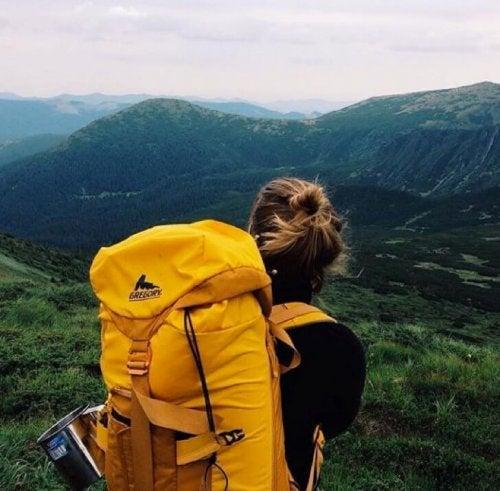 Mulher andando no caminho montanhoso
