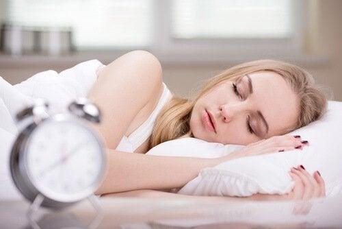 Mulher com o hàbito matinal de dormir demais