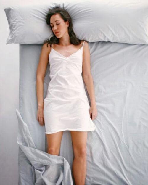 mulher-dormindo-reta