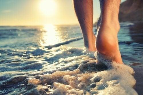 Homem andando no mar