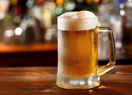 Evite beber cerveja se sofrer de gota