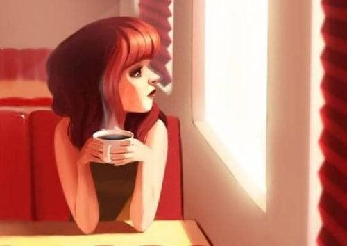 mulher-tomando-cafe-observando-janela