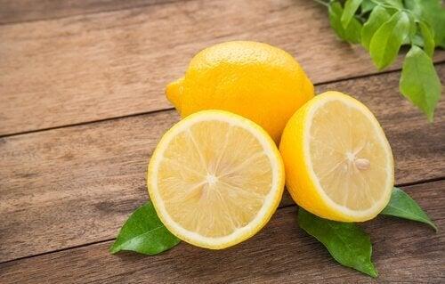 Limão para tratar calcanhares rachados