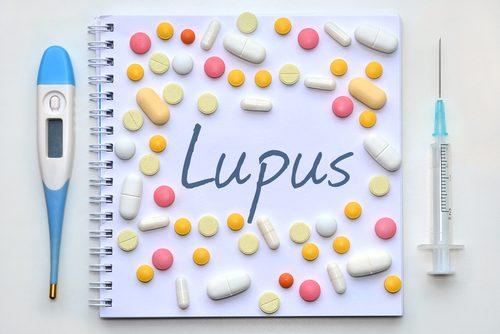 Caderno escrito com a palavra lupus